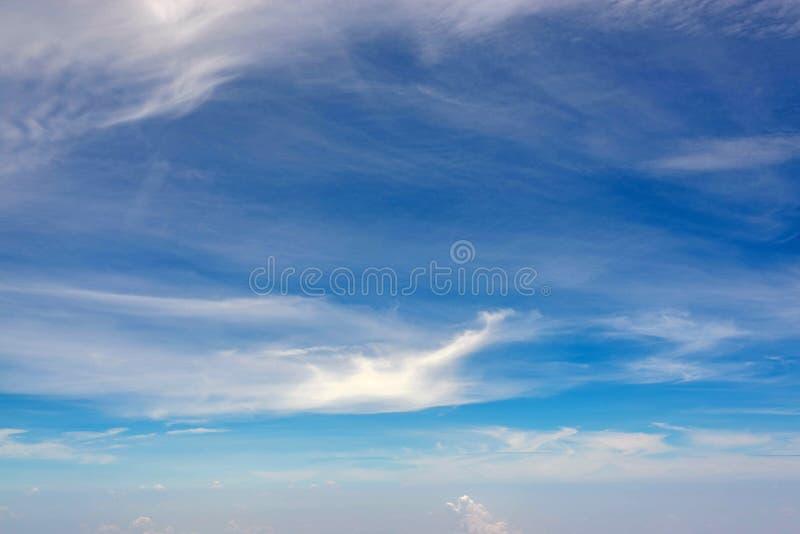 Astuto azul con las nubes del aeroplano fotos de archivo