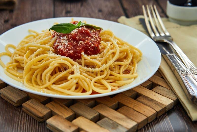 asty ζωηρόχρωμα ορεκτικά μαγειρευμένα ιταλικά ζυμαρικά μακαρονιών με τη σάλτσα ντοματών bolognese στοκ φωτογραφία