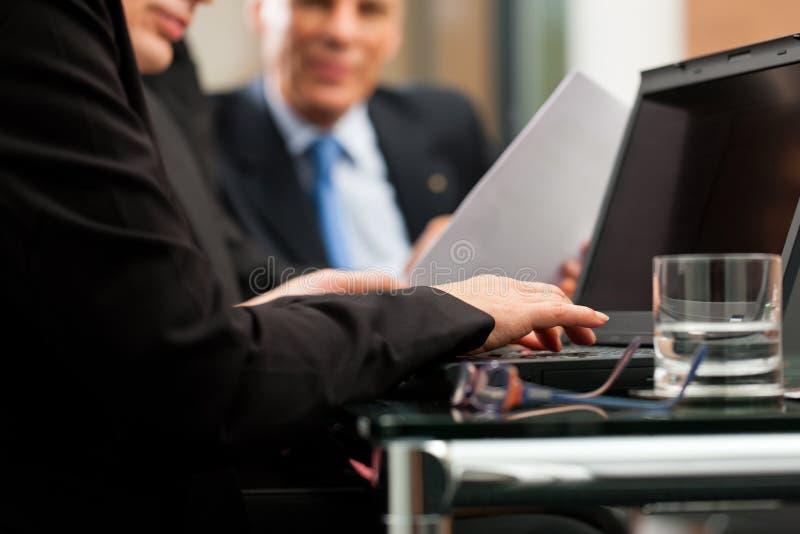 Asunto - reunión de las personas en una oficina foto de archivo libre de regalías