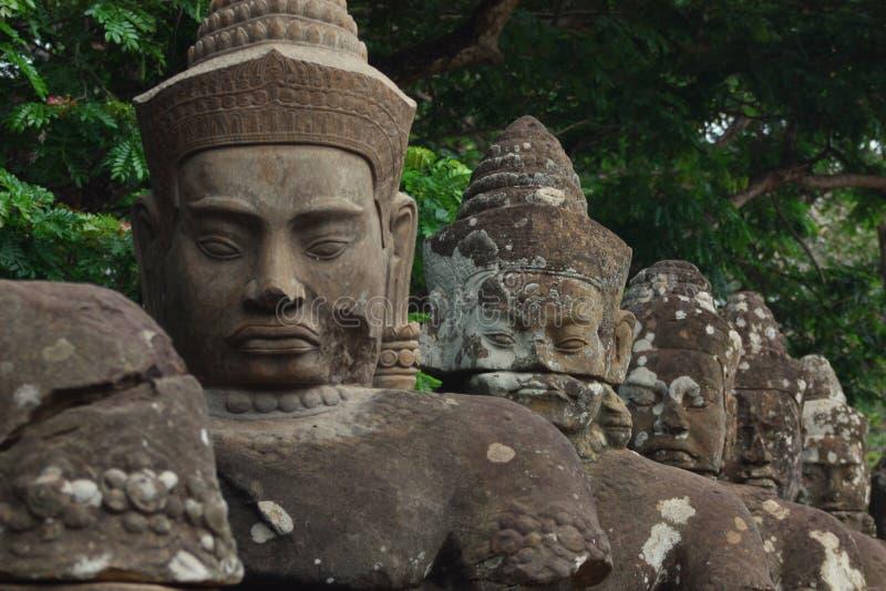 Asuras et Devatas sur le pont de Naga vers Angkor Thom images libres de droits
