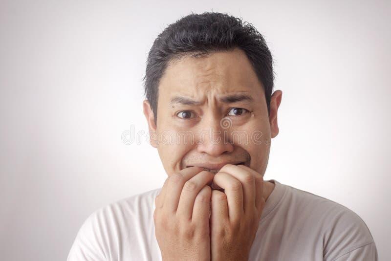 Asustado del hombre joven o preocupante nervioso algo imagenes de archivo