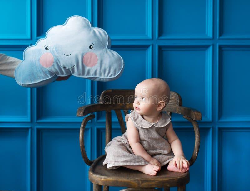 Asustaron a la niña de una nube fotografía de archivo libre de regalías