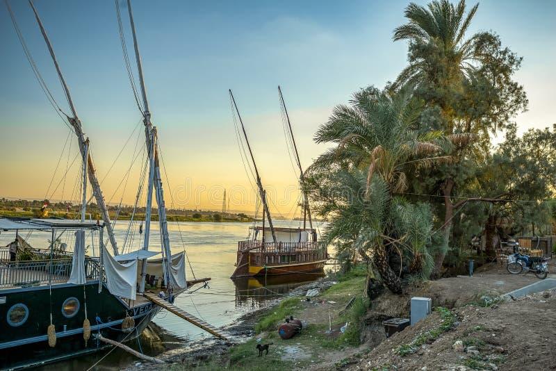 12/11/2018 Aswan, Egipt, tradycyjna Egipska łódź cumująca brzeg obrazy royalty free