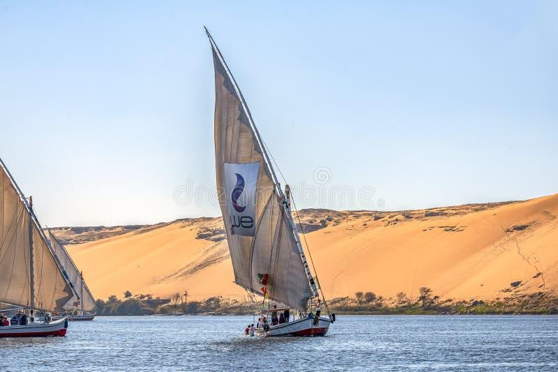12 11 2018 Aswan, Egypte die, a-bootfelucca langs de riviernul varen op een zonnige dag stock afbeeldingen