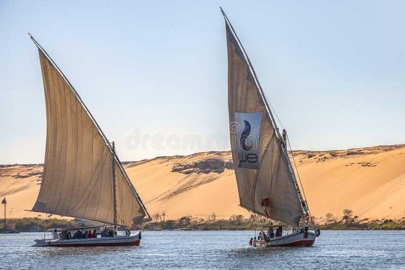 12 11 2018 Aswan, Egypte die, a-bootfelucca langs de riviernul varen op een zonnige dag stock fotografie