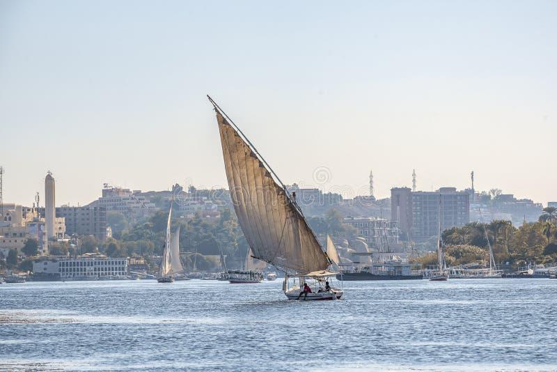 12 11 2018 Aswan, Egypte die, a-bootfelucca langs de riviernul varen op een zonnige dag royalty-vrije stock afbeeldingen