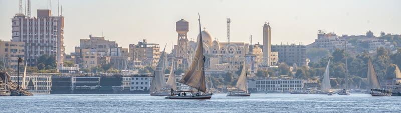 12 11 2018 Aswan, Egypte die, a-bootfelucca langs een rivier van nilies op een zonnige dag varen royalty-vrije stock fotografie