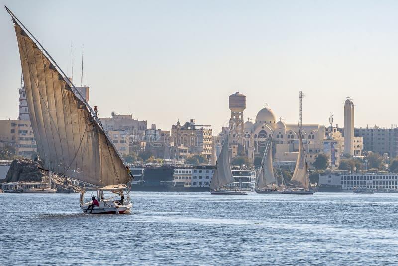 12 11 2018 Aswan, Egypte die, a-bootfelucca langs een rivier van nilies op een zonnige dag varen stock foto