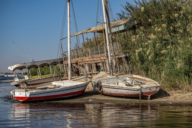 12 11 2018 Aswan, Egypte, verlaten boten op een klein eiland in het midden van een spijker royalty-vrije stock fotografie