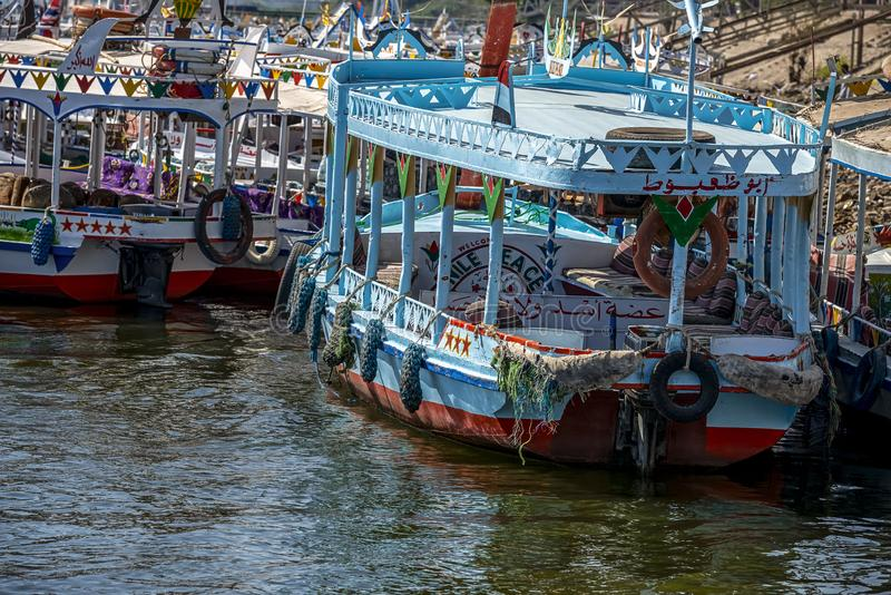 12 11 2018 Aswan, Egypten, färgrik målad fartygfelucca på flodnollen royaltyfria bilder