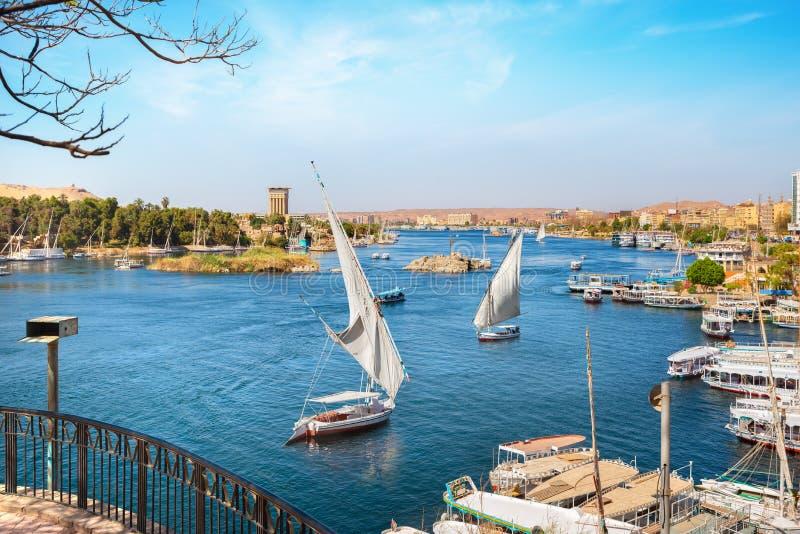 Aswan och fartyg royaltyfri fotografi