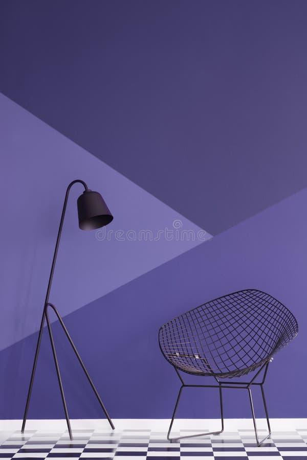 Asymmetrische violette muur in modern woonkamerbinnenland met samengekomen stock afbeelding