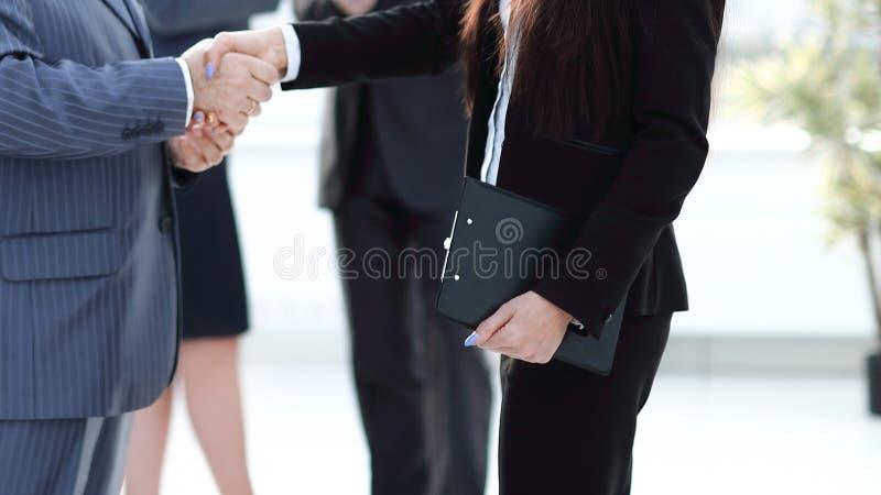 Asystent spotyka biznesmena z uściskiem dłoni spotkania i partnerstwo fotografia stock