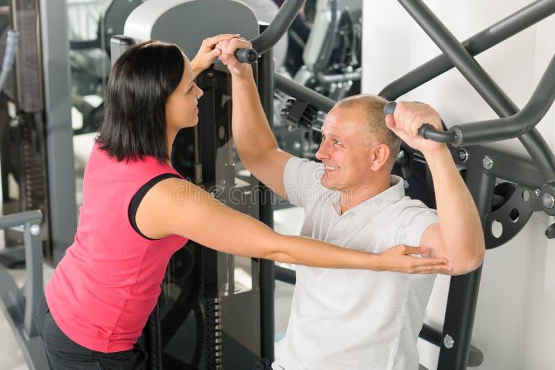 asysty z powrotem centrum ćwiczenia sprawności fizycznej mężczyzna trener obrazy royalty free