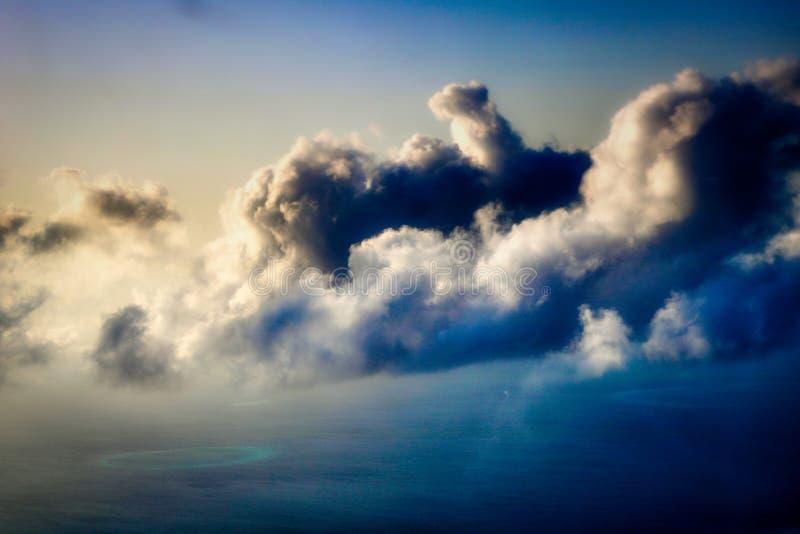 Atóis de Maldivas de cima com das nuvens fotografia de stock royalty free