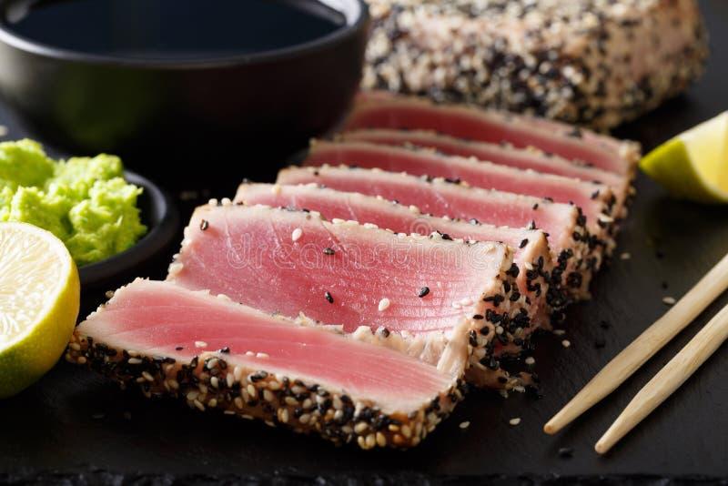 Atún chamuscado del ahi con las semillas de sésamo y la salsa de soja, wasabi, cal mA imagenes de archivo