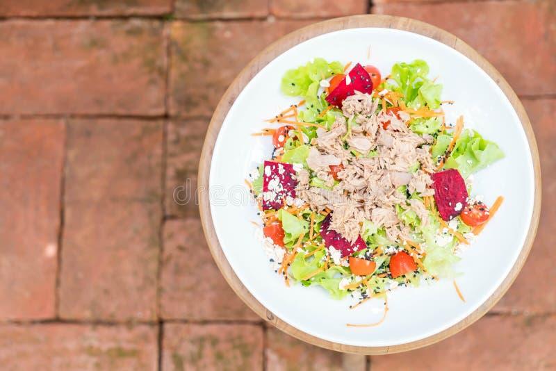 atún con las verduras ensalada, sésamo y salsa picante foto de archivo libre de regalías