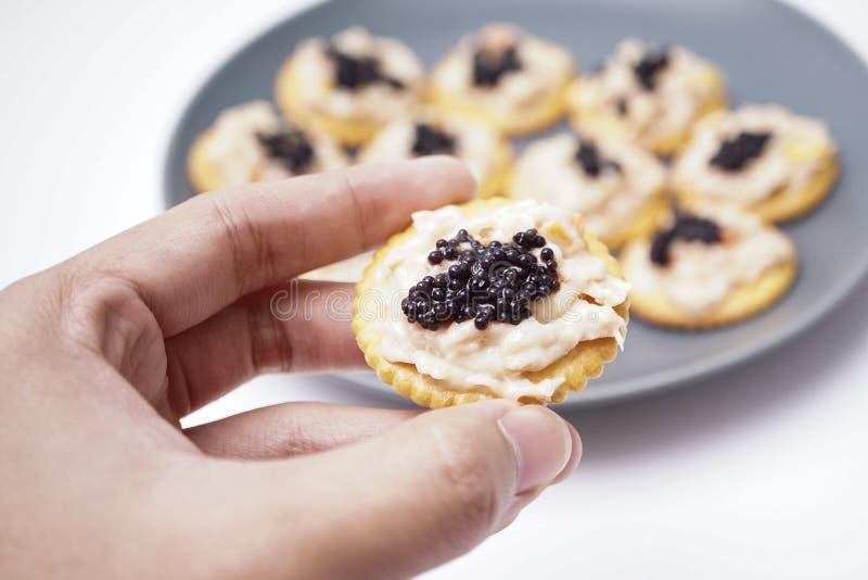 Atún de la galleta con el caviar, simple pero el lujo foto de archivo libre de regalías
