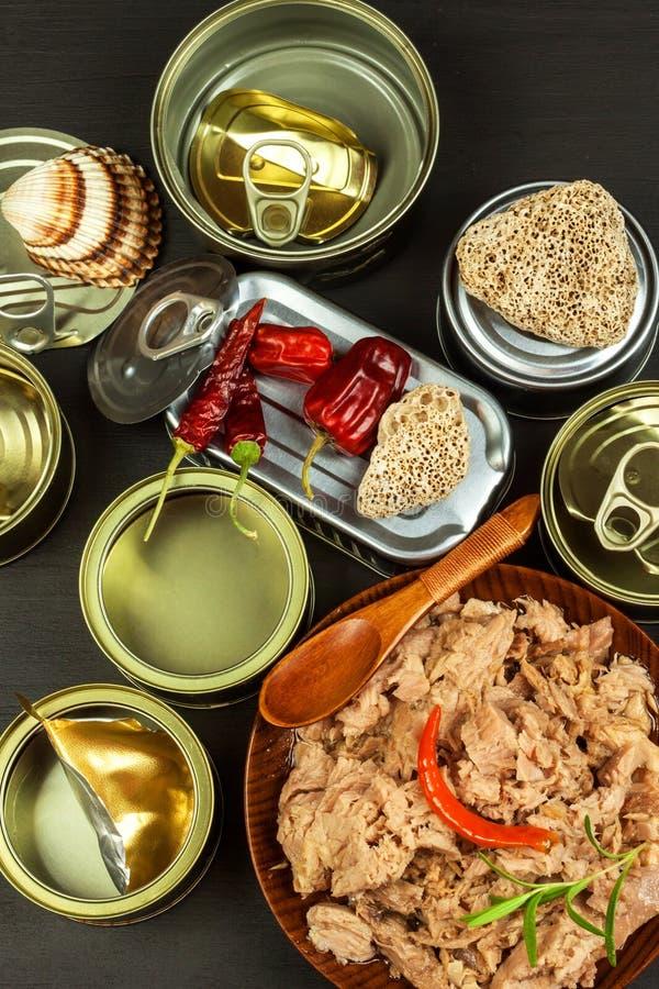 Atún machacado conservado Ventas de los productos pesqueros Comida sana con Omega 3 Pesca industrial imagenes de archivo