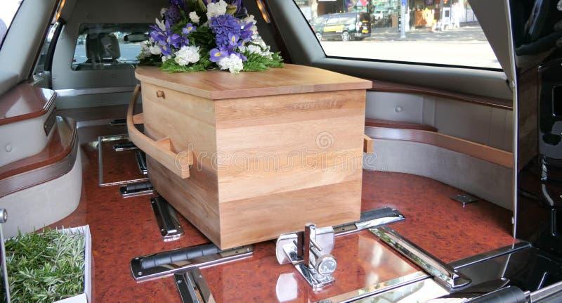 Ataúd colorido en un coche fúnebre o capilla antes del entierro o del entierro en el cementerio fotos de archivo