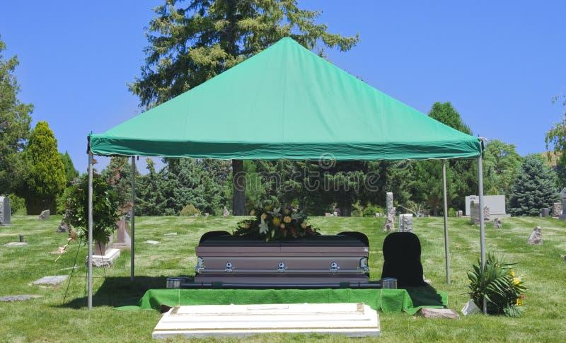 Ataúd del entierro del entierro del cementerio fotos de archivo libres de regalías