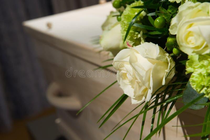 Ataúd en depósito de cadáveres imagen de archivo