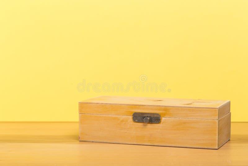 Ataúd hecho a mano viejo en la tabla de madera con el fondo de la pared del color fotos de archivo libres de regalías