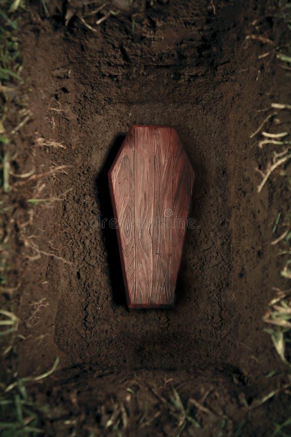 Ataúd o tumba en el cementerio foto de archivo libre de regalías
