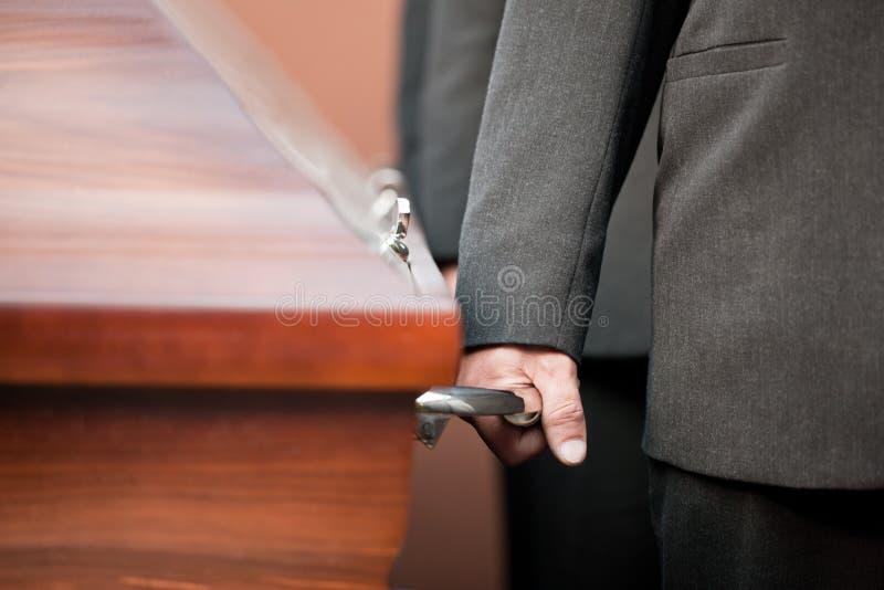Ataúd que lleva del portador del ataúd en el entierro fotografía de archivo libre de regalías