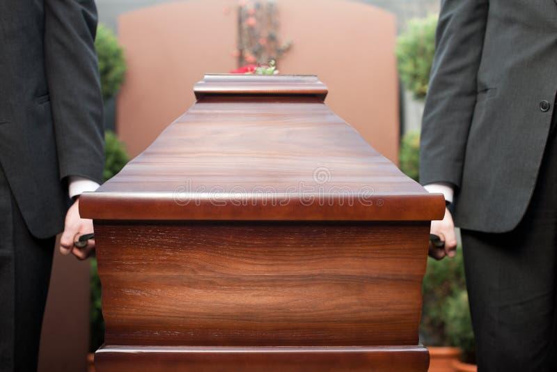 Ataúd que lleva del portador del ataúd en el entierro imagen de archivo