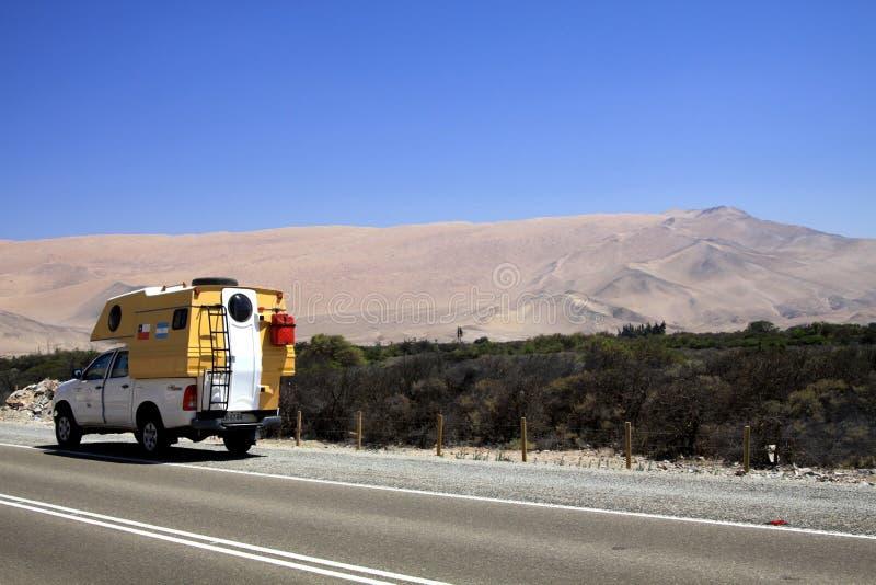 ATACAMA pustynia CHILE, GRUDZIEŃ, - 19 2011: 4 kół obozowicz na autostradzie zdjęcie stock