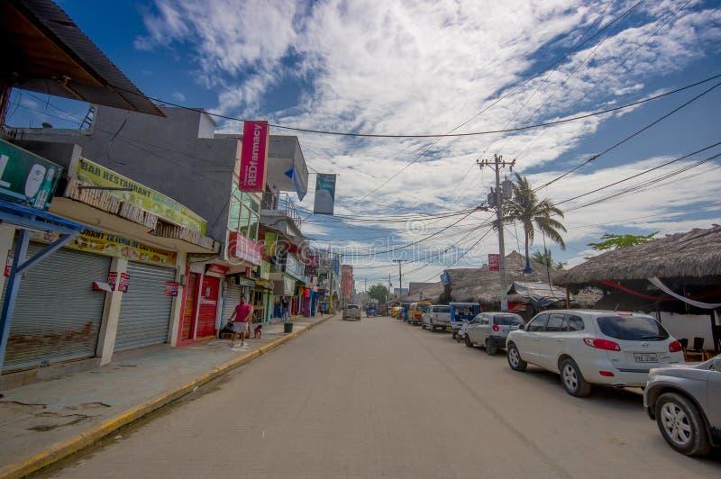 ATACAMES ECUADOR - mars 16, 2016: Den Steet sikten av strandstaden som lokaliseras på nordlig Stillahavskusten för Ecuador ` s är royaltyfri bild