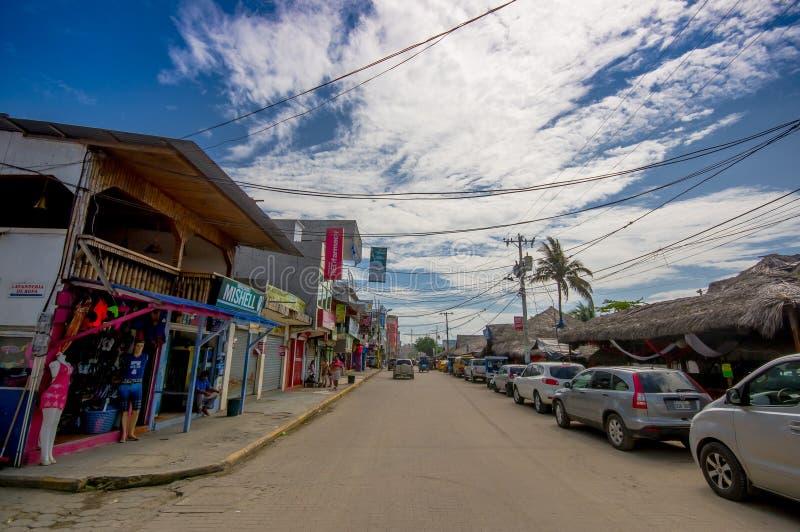 ATACAMES, EQUADOR - 16 de março de 2016: Opinião de Steet da cidade da praia situada na Costa do Pacífico do norte do ` s de Equa fotografia de stock royalty free