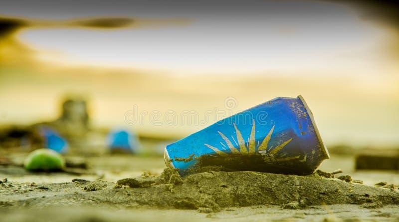 Download ATACAMES, ESMERALDAS, MAGGIO, 29, 2018: Chiuda Su Del Fuoco Selettivo Della Latta Di Alluminio Scartata Nella Sabbia Immagine Stock Editoriale - Immagine di energia, decompongasi: 117980464