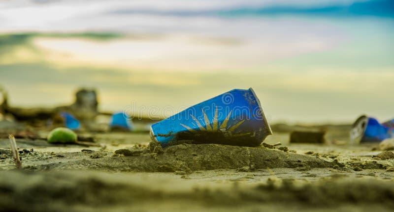 Download ATACAMES, ESMERALDAS, MAGGIO, 29, 2018: Chiuda Su Del Fuoco Selettivo Della Latta Di Alluminio Scartata Nella Sabbia Fotografia Editoriale - Immagine di verde, litorale: 117980472