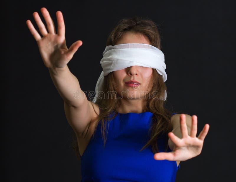 Atadura da jovem mulher nos olhos fotografia de stock royalty free
