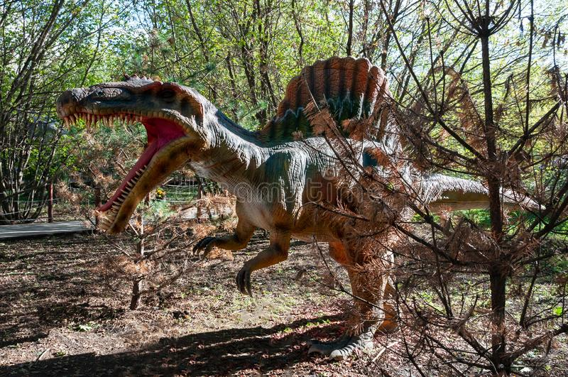 Atak prehistoryczny dinosaur Spinosaurus fotografia stock