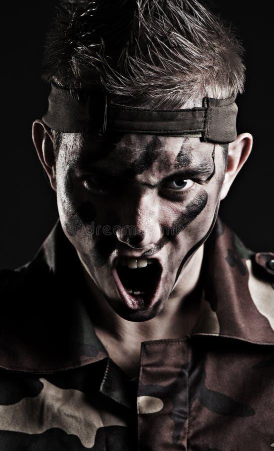 atakuje przygotowywającego żołnierza zdjęcia royalty free