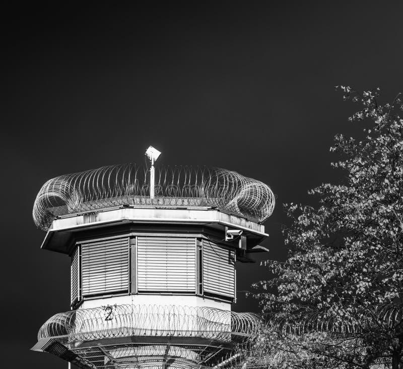 Atalaya de un centro penitenciario de una prisión con una barandilla y dos filas de los rollos del alambre de púas delante de un  imágenes de archivo libres de regalías