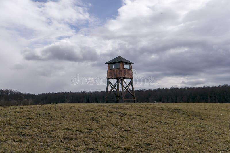 Atalaya militar en un campo de concentraci?n fotos de archivo