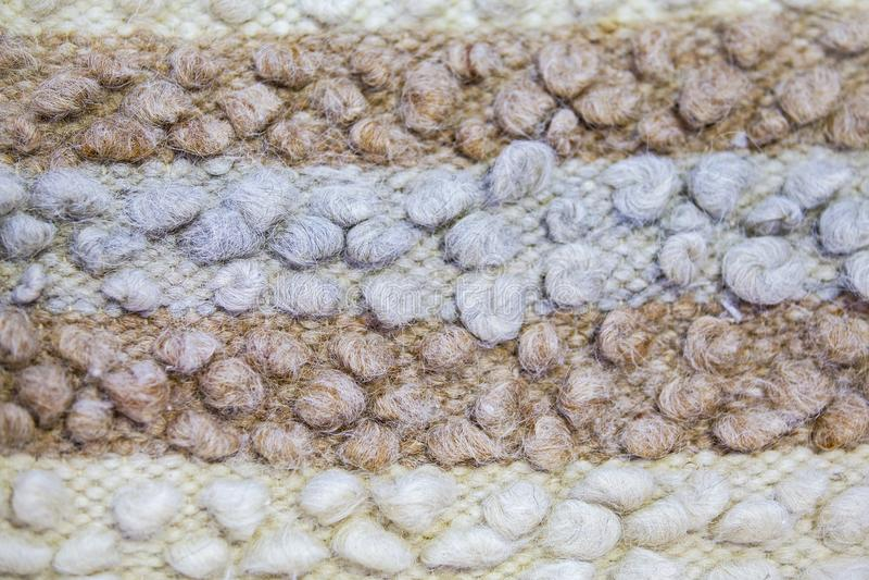 Atapete a textura ou as coberturas de lãs do ` s dos carneiros Manta azul marrom branca da linha do ` s dos carneiros fotos de stock