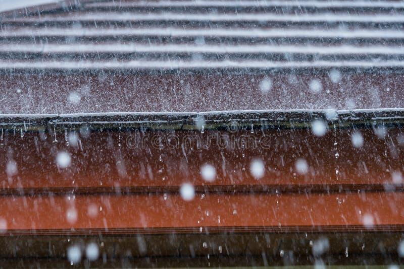 Ataque a chuva no telhado da casa imagens de stock royalty free