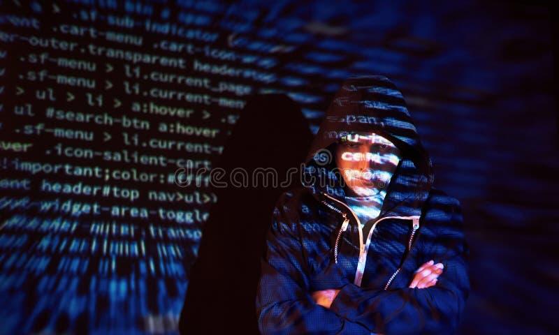 Ataque cibernético con el pirata informático encapuchado irreconocible que usa la realidad virtual, efecto digital de la interfer foto de archivo libre de regalías