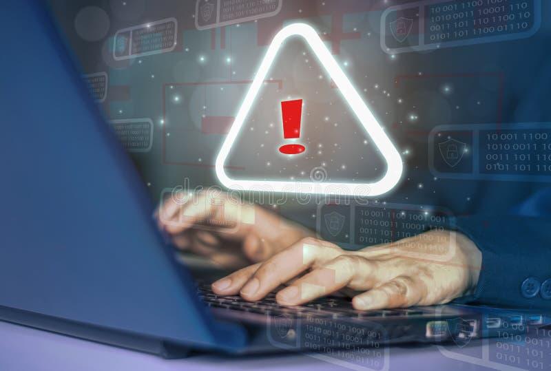 Ataque de hackers ao crime digital anônimo, ícone de fundo binário, escudo e cadeado,ataques de site de alerta de conceito, mante fotografia de stock