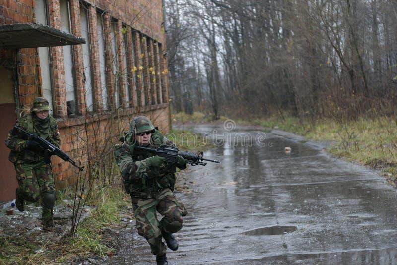 ataque de los soldados   imagen de archivo libre de regalías