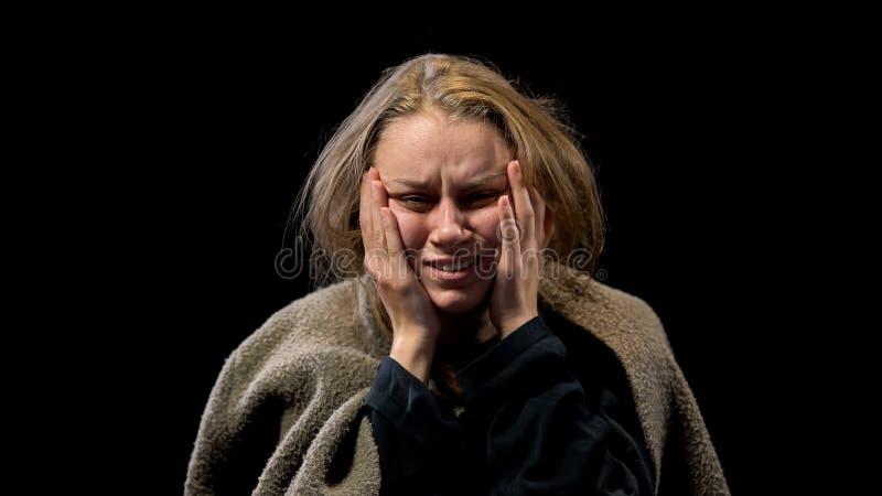 Ataque de nervios enfermo del sufrimiento de la mujer, ptsd después de los abusos sexuales, trastorno mental fotos de archivo