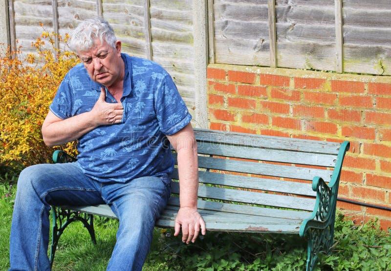 Ataque del corazón al hombre mayor, dificultad que respira foto de archivo