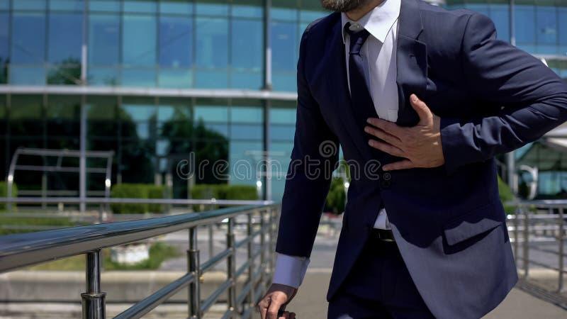 Ataque del corazón del hombre de negocios, vida agotadora, enfermedad cardiia del sistema, primeros auxilios fotos de archivo libres de regalías