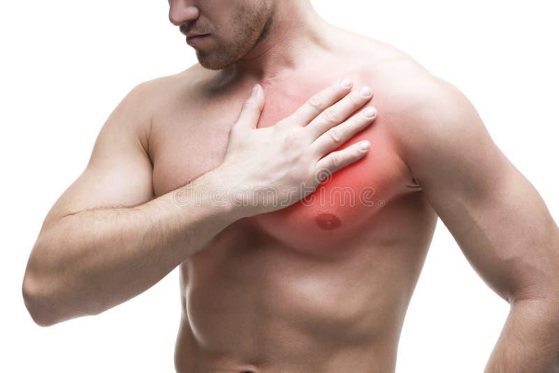 Ataque del corazón Hombre muscular joven con dolor de pecho aislado en el fondo blanco imágenes de archivo libres de regalías