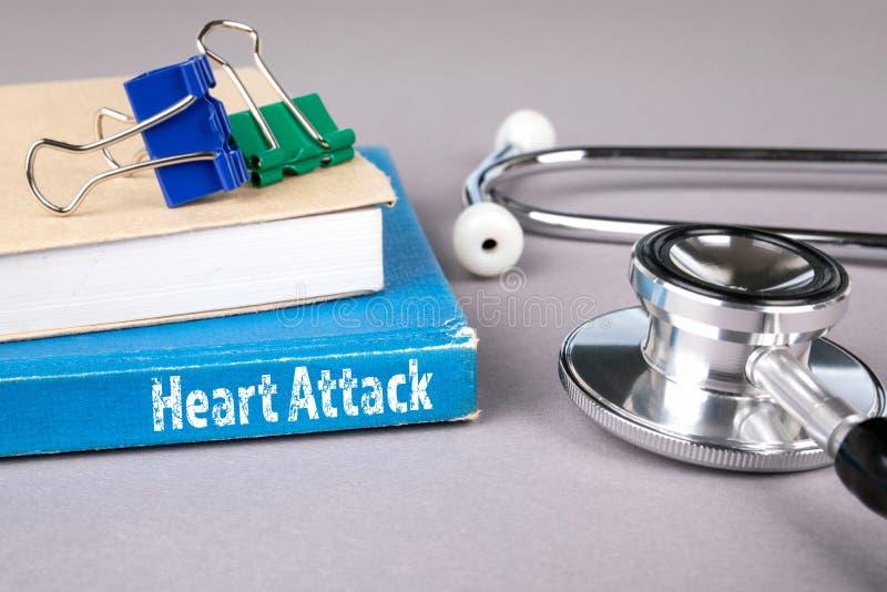 Ataque del corazón libro azul en una tabla gris de la oficina imágenes de archivo libres de regalías